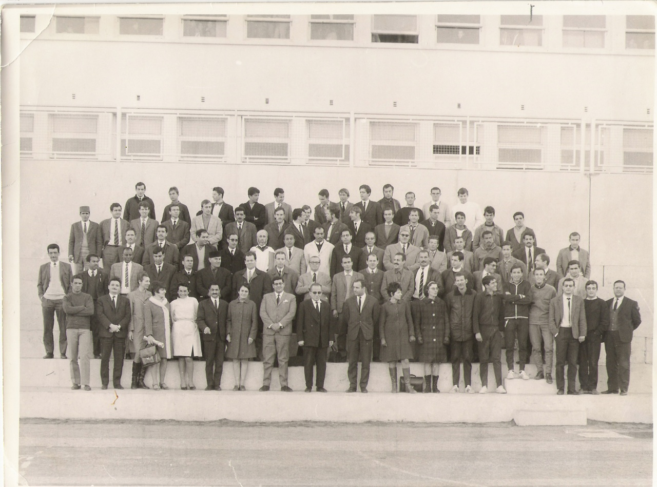 le-proviseur-et-l-ensemble-des-enseignants-annee-1968-69.jpg