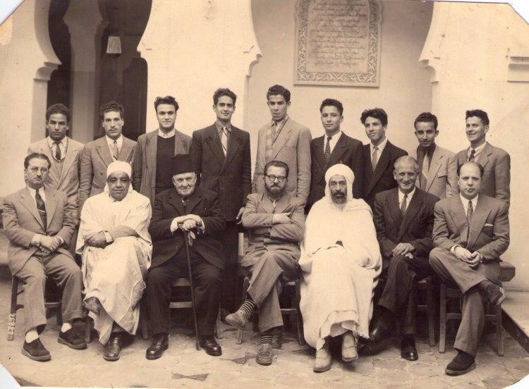 Les professeurs de la medersa de tlemcen et leurs eleves en 1950 au 1er rang de gauche a droite mm foufa naimi taleb janier et zerdoumi